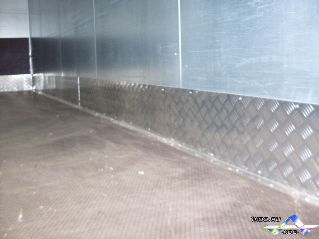 Новый пол и окантовка стен.