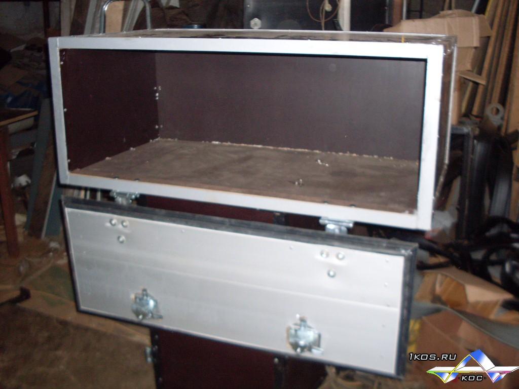 Ящик с алюминиевой дверцей.