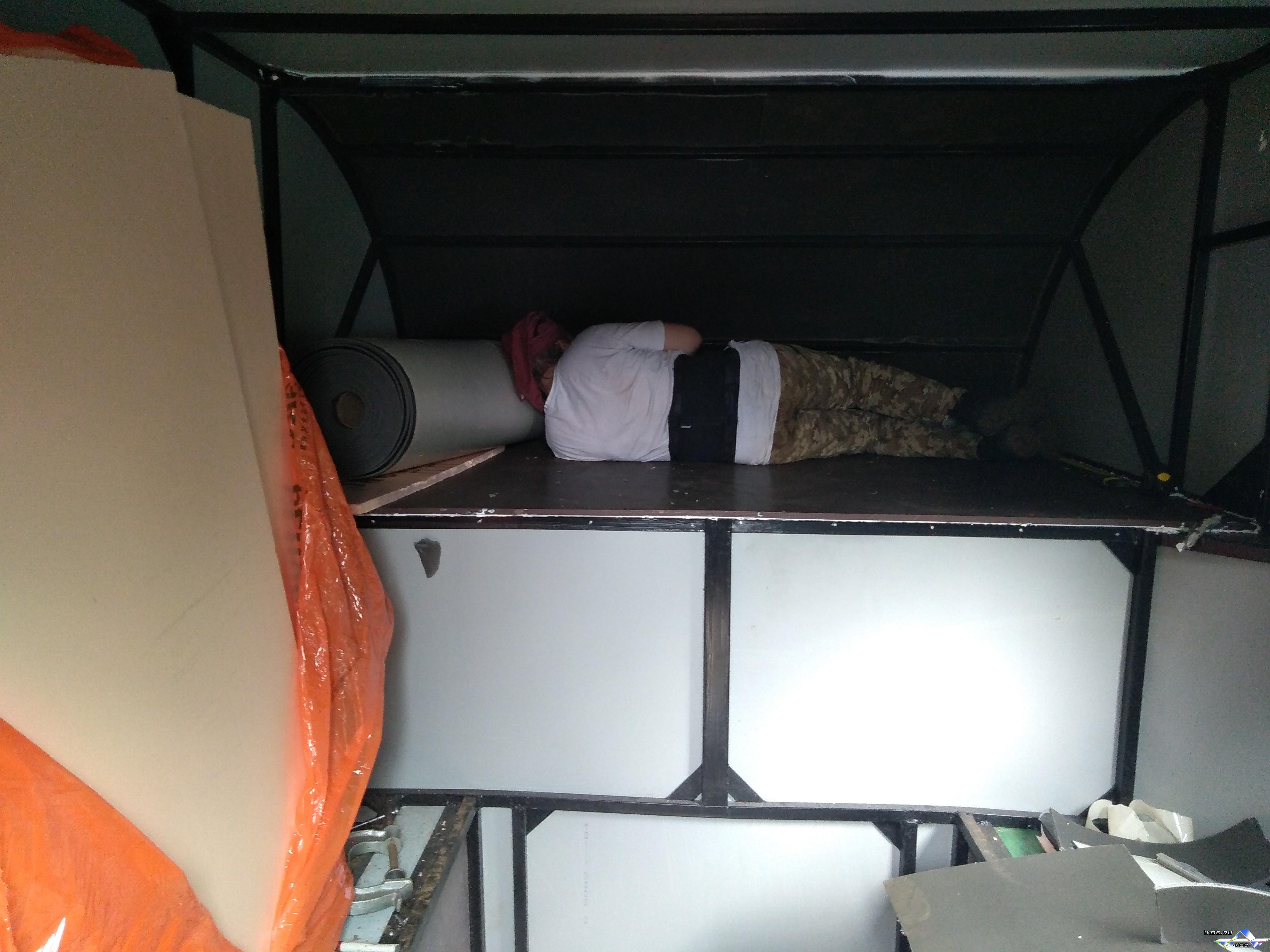 """Застал """"Практиканта"""" спящим в носике алькова фургона в процессе утепления. Видимо проводил испытания на сон и удобство. )"""