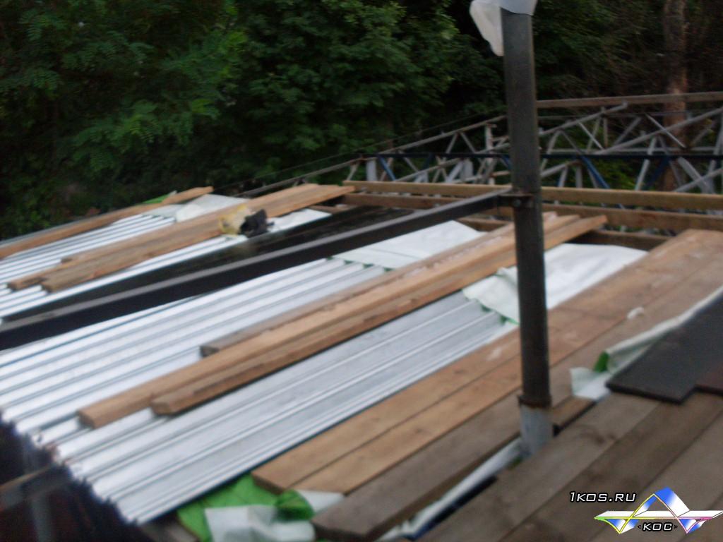 Крыша гаража продвигается.)
